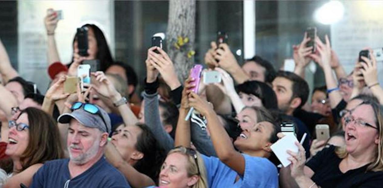 スマホで写真を撮る群衆…この1枚の写真の中に、1人だけ違う事をしている人物がいるのが分かりますか?
