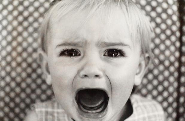 泣き叫ぶ4歳の娘を羽交い締めにする父。止めに入った母は信じられないものを目撃する