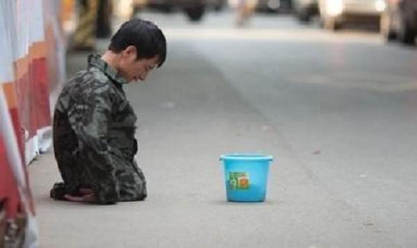 【中国の物乞いビジネス】 物乞いなのに新卒の3倍稼ぐ!真相を確かめようと彼を直撃し、ズボンを脱がせてみると…