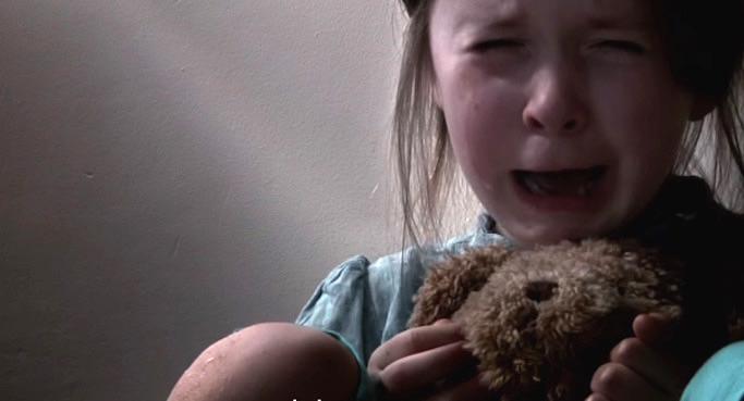 アルコール中毒の親から虐待を受け、死の間際の少女はウイスキー会社に手紙を書いた。『私はあなたのことが嫌いです。』
