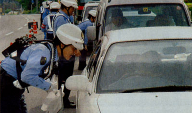 検問中、夫婦と子供の乗る車に違和感を感じた警官。その驚きの違和感の正体とは・・・