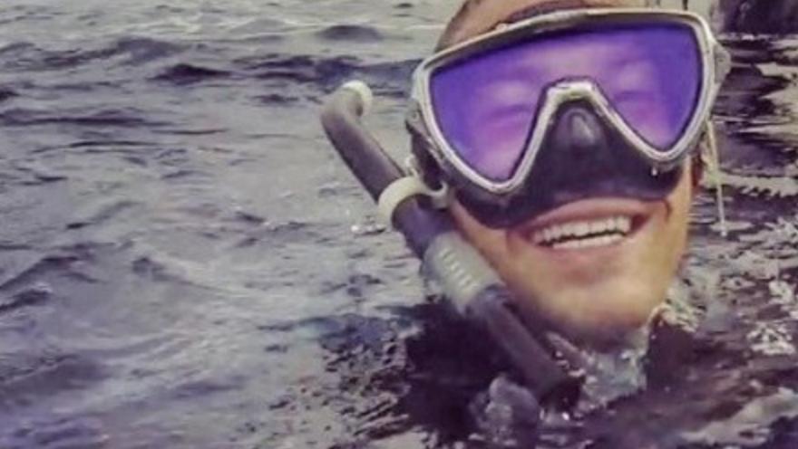シュノーケリングを楽しむ男性が海面でセルフィー!!背後に写り込んだものを見て彼の人生経験がひっくり返った・・・