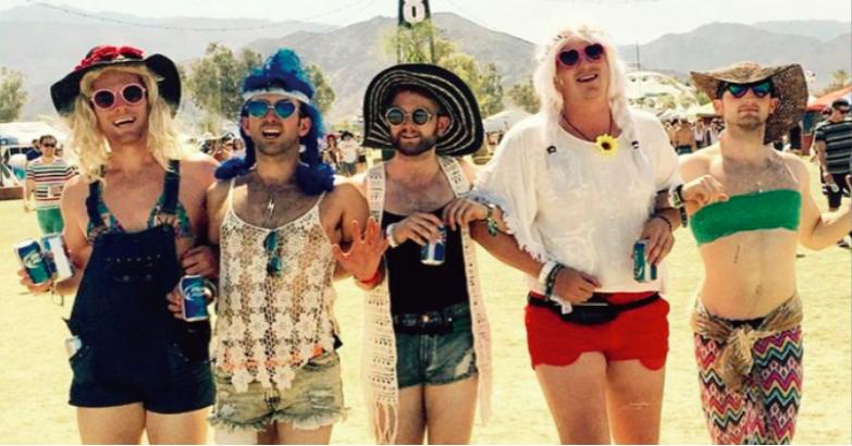 「バカンス気分で腕組み」女子がSNSにあげがちな写真を再現する5人の男たち。 15選
