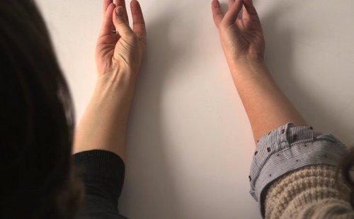 【衝撃事実】今すぐ試してみて!!!親指と小指くっつけて手首に腱が浮かぶ人は…