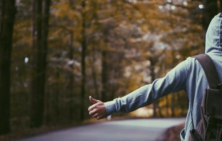夜の峠でヒッチハイクの女を発見!女「明るい所まで乗せてって」乗せてあげたらその後まさかの展開に・・・