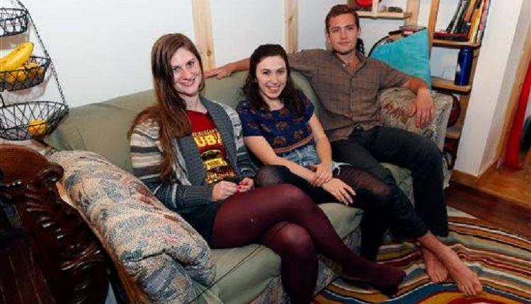 彼らは、ありふれたソファだと思っていた。あの晩、クッションにアレを見つけるまでは…
