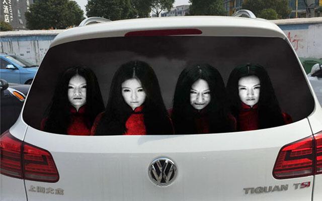「ハイビーム、やめろぉぉぉ!!」後続車に警告するステッカーが不気味すぎる件