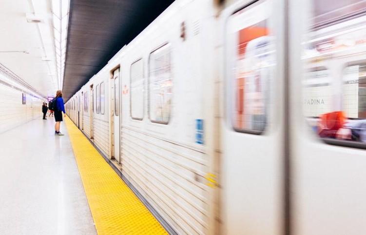 【悲惨】中2女子2人が手を繋いで電車のホームから飛び降りて死亡→遺書と飛び降りた理由に誰もがゾッとし、考えさせられる・・・