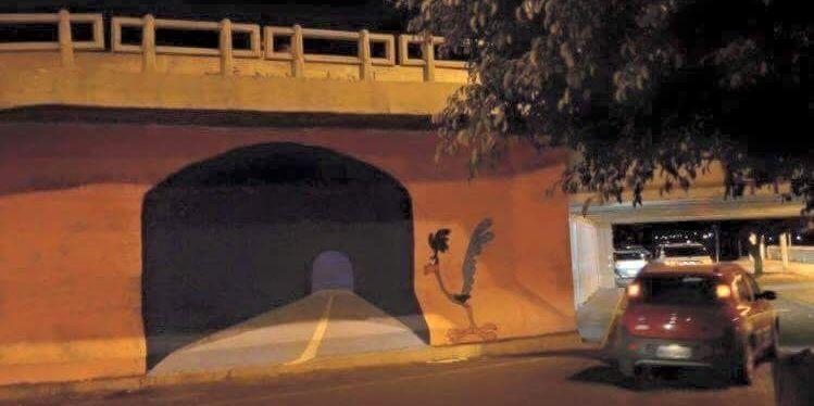 【驚愕の瞬間】なんでもない壁にリアルなトンネルの絵を描いた→車がとんでもないことに!