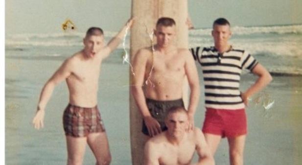 【涙腺崩壊】戦争に行く前にビーチで写真を撮った4人⇒50年後、この写真を見て世界中が涙した・・・(画像あり)