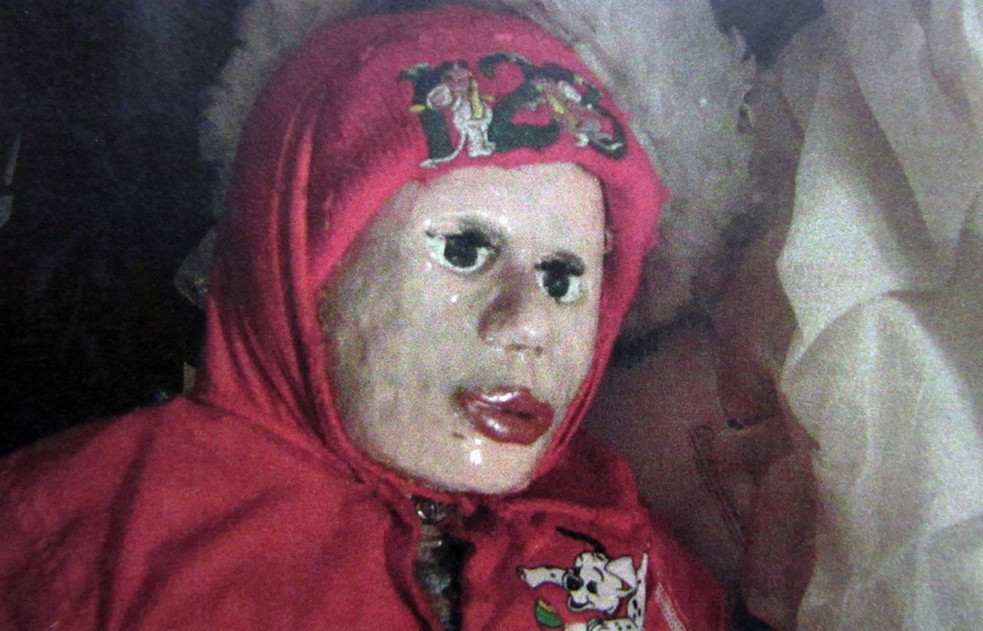 【※閲覧注意】29体の人形と同居していた男・・警察官が近くで見るとそれはなんと●●だった!!!
