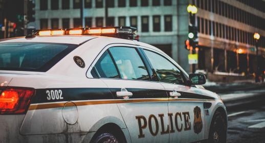 【感動】取り締まるだけが仕事じゃない。パトカーに止められた男性に警官が差し出したものとは?
