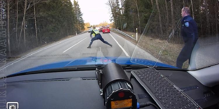 【強烈っ!】暴走する逃走車にはこう!警察のワザが凄すぎる件※動画あり