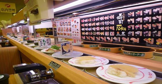 予約して回転寿司に行った私。数分後、店員「◯番のお客様どうぞ」→席へ移動→子連れ女「おい、順番守れ!」私「え???」