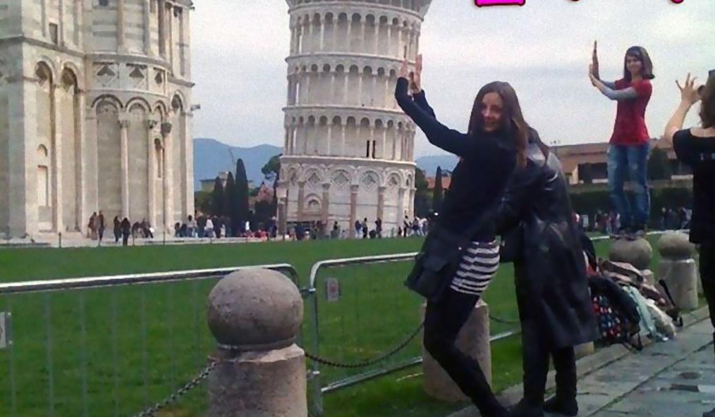 「手で支える時代は終わった!」ピサの斜塔の記念写真は斬新に進化していた…www