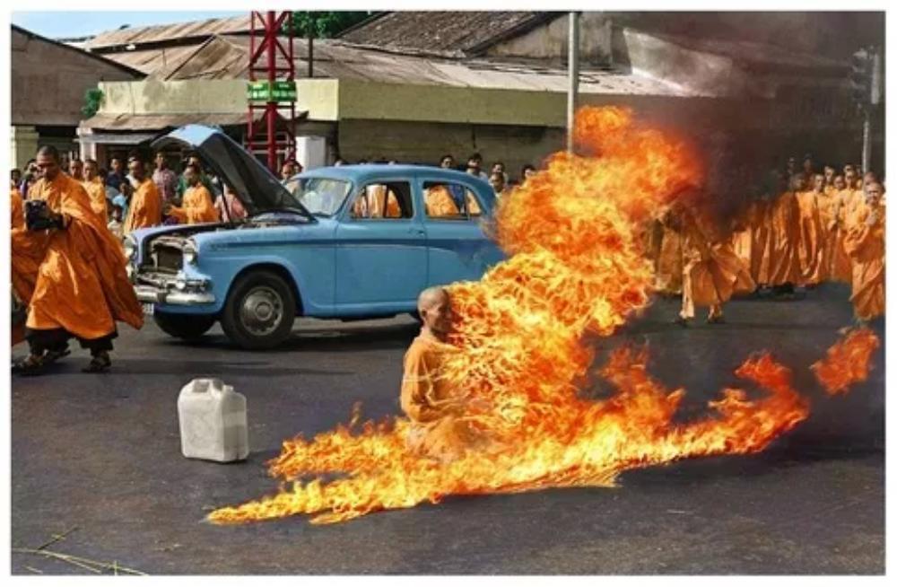 【閲覧注意】男性の体は完全い焼け焦げた。。煙がくすぶる遺骸から信じられないものが。。。