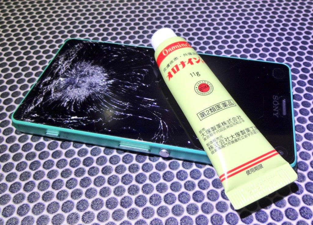 【衝撃】割れたスマホ画面にオロナインを塗ってみた結果、とんでもない事実が発覚!