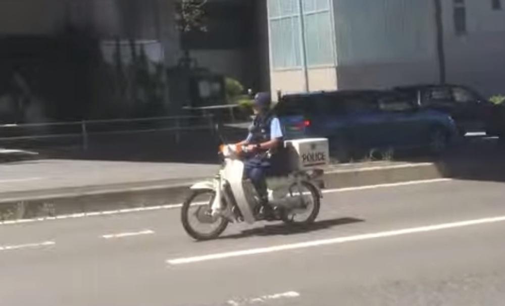 【衝撃】原チャリ警察官がまさかのノーヘルっっ!!警察官のノーヘルを注意しに行った結果‥(※動画あり)