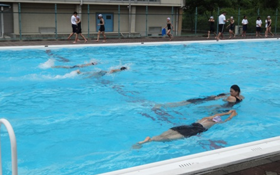 水泳の授業でブチ切れながら女子中学生が股を血まみれにして登場してきた…