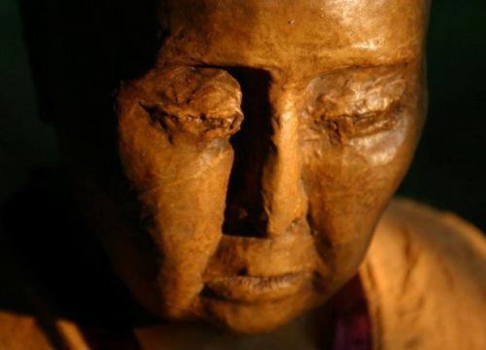 【驚愕】師である高僧の墓を開いた僧侶たち。高層の遺体に触れると、信じられないことが!!