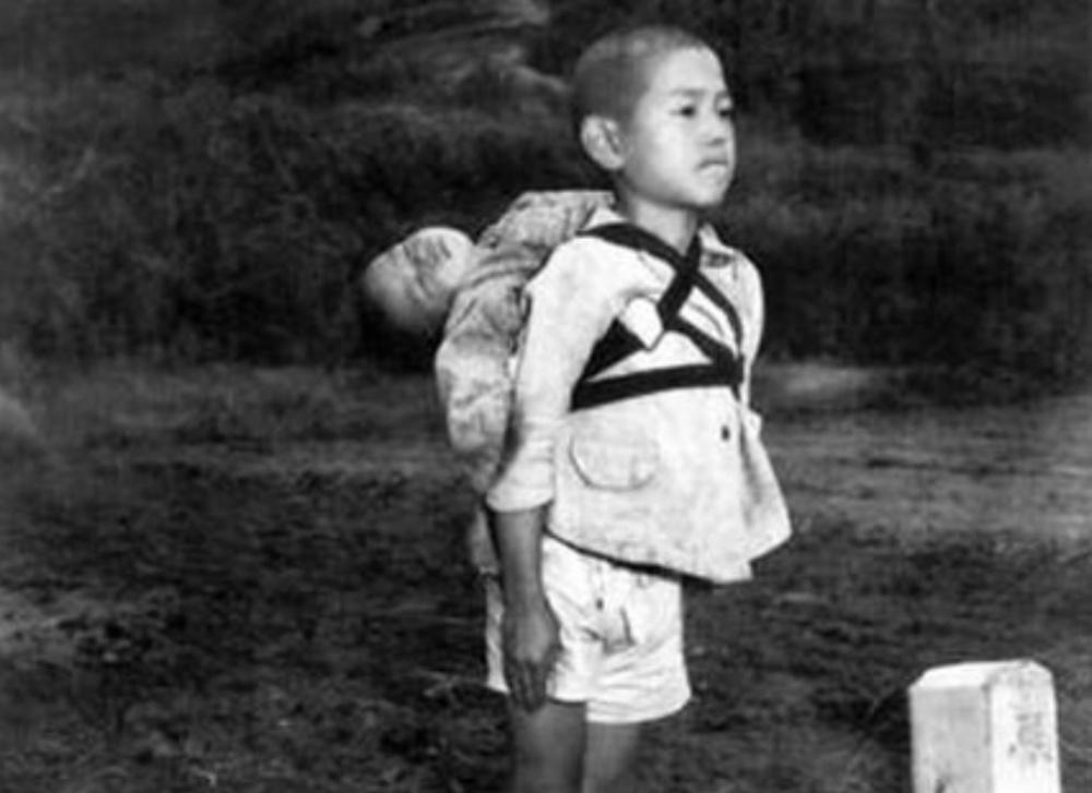 【衝撃】「焼き場に立つ少年」血が滲む唇。アメリカの写真家の貴重な被爆地記録が出版される!!