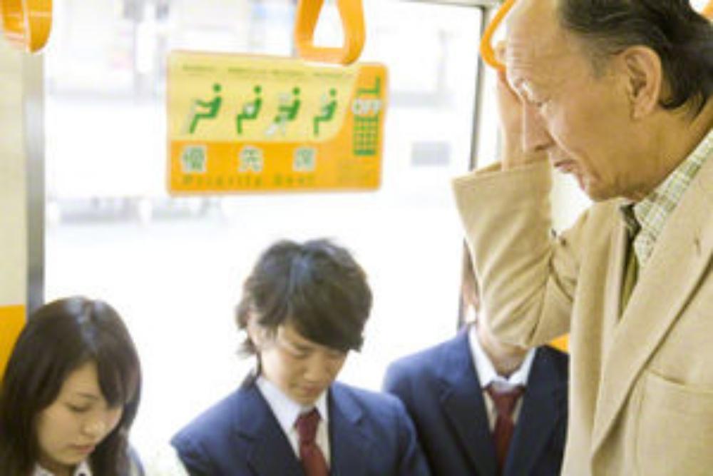 【必見】電車の席に座りたがる高齢者に対して若者の話が正論すぎる!!と話題に。