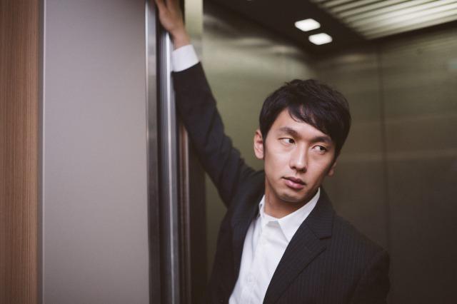 浜田雅功が自宅マンションのエレベーターで男と衝突。肩を見ると血の跡が→後日、TVで衝撃の事実を知る