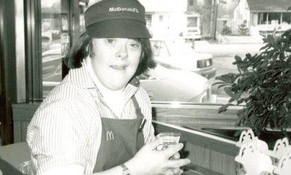 【感動】32年間マクドナルドで働き続けたダウン症の女性が退職することに!彼女の退職の日予想もしないことが起こった!