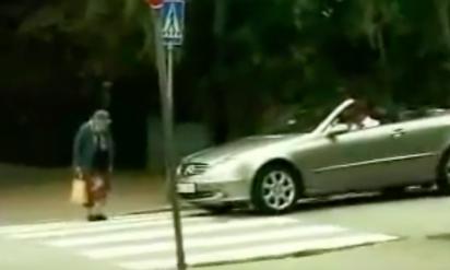 【衝撃】横断歩道を渡るおばあちゃん、クラクションを激しく鳴らして煽りまくる運転手を撃退!!