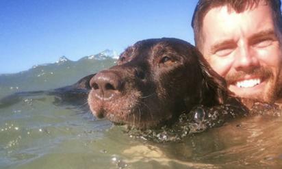 何の疑問も抱かずに飼い犬を撫でていた男性は、突然血も凍るようなあることに気づいてしまった….