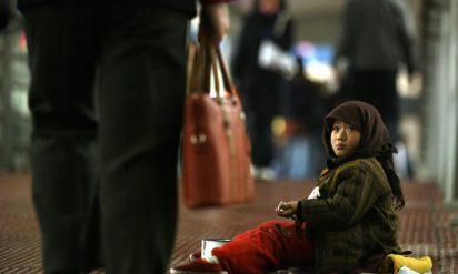 やっぱり中国ってすごい!中国の女子小学生が路上で売るスイカがヤバすぎる!