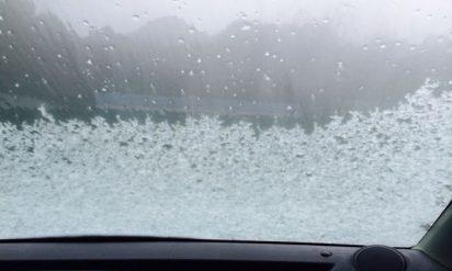 車のフロントガラスが凍っていたのでお湯をかけた結果‥悲惨なことに!!
