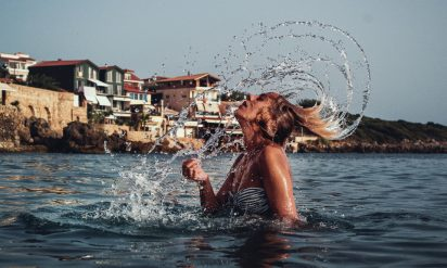【衝撃】海の中でトイレをするとどうなるのか?