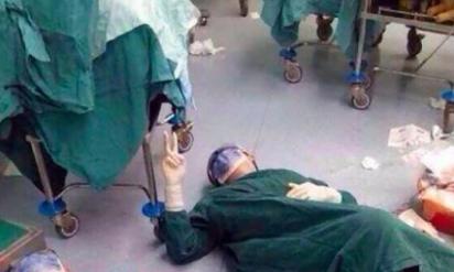 病院に勤務する外科医が32時間にも及ぶ大手術を終えた直後‥疲れ果てた姿がネットで話題に!!