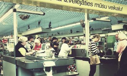 スーパーで奮闘中の母親を大きな声で嘲笑っていたカップル。すると列に並ぶ誰かの怒りが爆発した!!