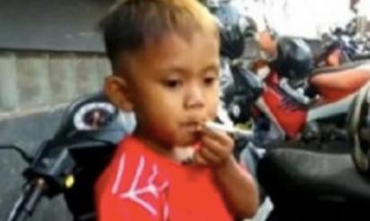 【話題】1日40本のタバコを吸う2歳児再び!タバコが吸えないとトンデモナイ行動に‥