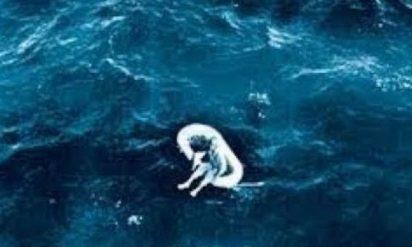 【衝撃】1961年に海で発見された少女…生き延びた少女が語った真相が怖すぎる…