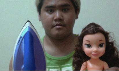 男はおもむろにアイロンと女の人形を取り出した→10秒後に起こったことに目が釘付けになる!