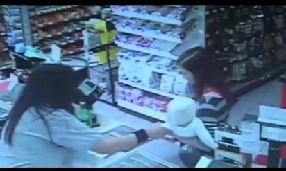 店員は赤ちゃんを抱く母の目を見た瞬間、彼女の腕から赤ちゃんを奪った→直後、衝撃的な展開に!