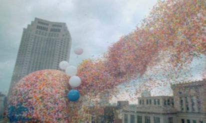 【衝撃】美しい光景だが、空に放たれた150万個の風船が招いた凄惨な結果