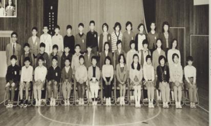 【恐怖】卒業アルバムの集合写真に違和感… 撮影後に亡くなった同級生が写ってる立ち位置に気づくと皆、鳥肌が…