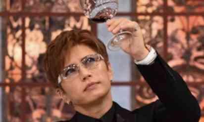 注文したワインの味が変だと思って店員に尋ねた。駆け足で戻ってきた定員が耳打ちした真実にワインを吹き出した。